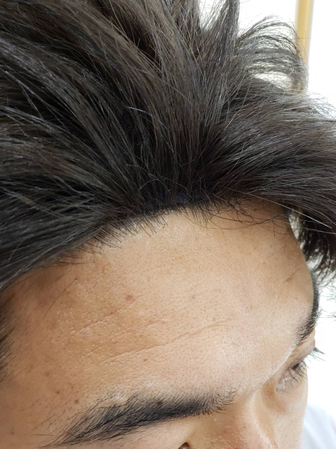 市販で流通しているウィッグと同様です。 前髪があるタイプは問題有りませんが上の画像の様なワンレングスや、額を出すスタイルだと不自然に見えます。主に各種イベント・バラエティ向きです。
